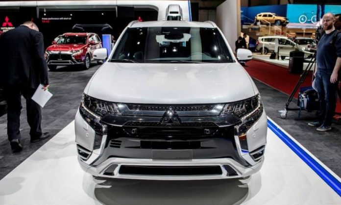 2020 Mitsubishi Outlander front