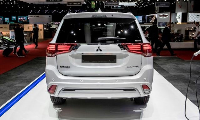 2020 Mitsubishi Outlander rear
