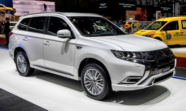 2020 Mitsubishi Outlander side